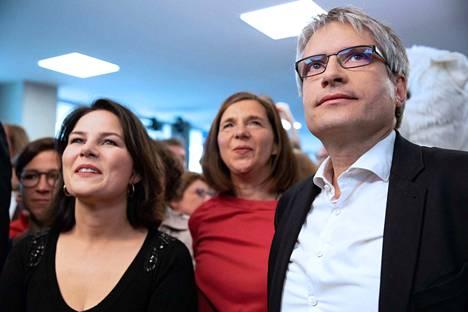 Vihreät vaikuttajat Annalena Baerbock, Katrin Goering-Eckardt ja Sven Giegold tuulettivat ympäristöpuolueiden yllättävää nousua sunnuntai-iltana Berliinissä.