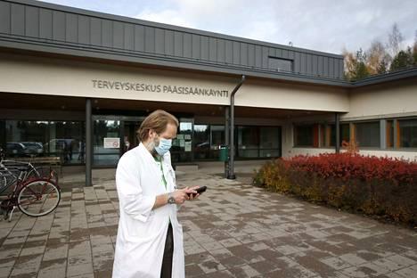 Tartuntataudeista vastaavan lääkäri Tami Sirénin puhelin soi keskiviikkona tiuhaan, kun Euraan tuli tieto noin 80 henkilön korona-altistuksesta. Keskiviikkoiltana hälytys vedettiin aiheettomana takaisin.