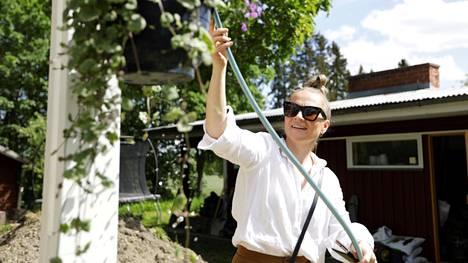 Karoliina Ahola on Sankilan kartanon toinen omistaja. Aiemmin hän pyöritti kotieläinpiha Reippiä yhdessä Sami Ketolan kanssa. Nyt Reipin palvelut on siirretty kartanolle.