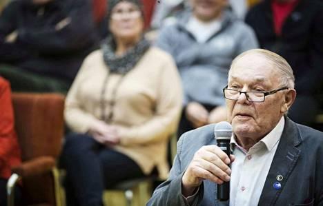Kaupunginvaltuutettu Tauno Mäkelältä vaaditaan selitystä salassapidettävien asioiden tuomisesta julki puheenvuorossa valtuustossa.