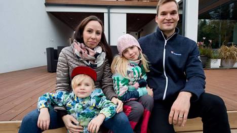 Sonja ja Aleksi Tammentie haluavat asua lähellä kaupunkia ja luontoa. Lintuhytti onkin perheelle täydellinen asuinalue.