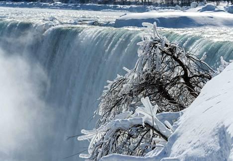 Niagaran putousten jäätyminen osittain on tavallista Kanadassa, vaikka ne ovat vain 120 kilometriä Roomaa pohjoisempana. Kuva on vuodelta 2015.