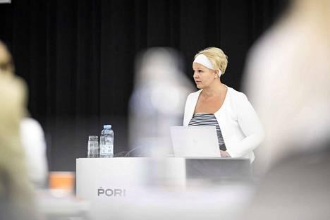 Maanantai-illan kokouksessa äänestettiin Reposaaren koulun tulevaisuudesta. Diana Bergroth-Lampinen (sd.) äänesti ylempien luokkien säilymisen puolesta.