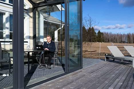 Tampereen yliopiston anatomian professori Seppo Parkkila viimeistelee koronaviruksen tartuntamekanismeihin liittyvää tutkimusta etätöissä kotonaan Narvassa Vesilahdella.