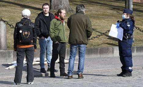 Koronarajoituksia vastustava mielenosoitus järjestettiin Tuomiokirkkopuistossa Turussa. Poliisin arvion mukaan paikalla oli noin 150 ihmistä.