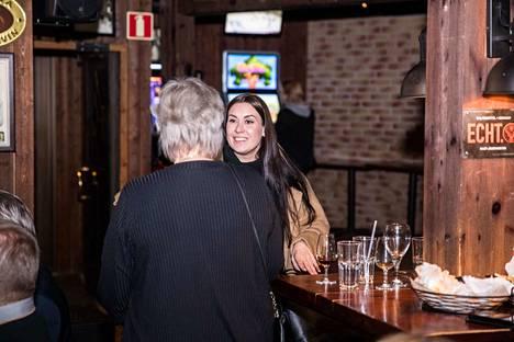 Tiina Elovaara saapumassa sinisen tulevaisuuden vaalivalvojaisiin ravintola Ukko Noaan. Hän ei uusinut paikkaansa eduskuntaan, kuten ei kukaan muukaan sinisen tulevaisuuden kansanedustaja.