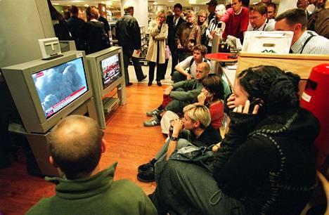 Ihmiset kerääntyivät televisioiden ääreen seuraamaan uutisia Helsingin Stockmannilla WTC-iskujen jälkeen 11. syyskuuta 2001. Myös Aamulehdelle muistonsa jakaneet lukijat muistavat kerääntyneensä televisioiden ääreen seuraamaan uutislähetyksiä.