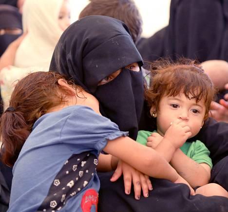 Isis-taistelijan perhe lähti pois Koillis-Syyriassa sijaitsevalta al-Holin leiriltä kesäkuussa 2019.