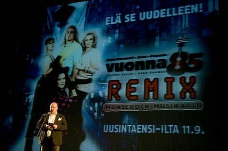 Manserock-musikaalin näki eri versioissaan yli puoli miljoonaa suomalaista. Kuvassa Riku Suokas esittelee musikaalin remix-versiota Tampereen Työväen Teatterin suurella näyttämöllä vuonna 2009.
