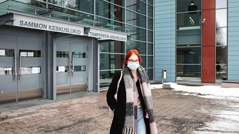 Iida-Liisa Salmela poistui ensimmäisten joukossa kirjoituksista Tampereen aikuislukion tiloista.