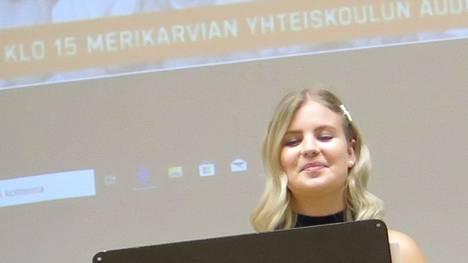 Merikarvian nuorisoneuvoston puheenjohtaja Elli-Noora Rintamäki, kuvassa, ja Helmiina Luoma haluavat nuorten osaltaan varmistavan, ettei koronaepidemia pääse leviämään.