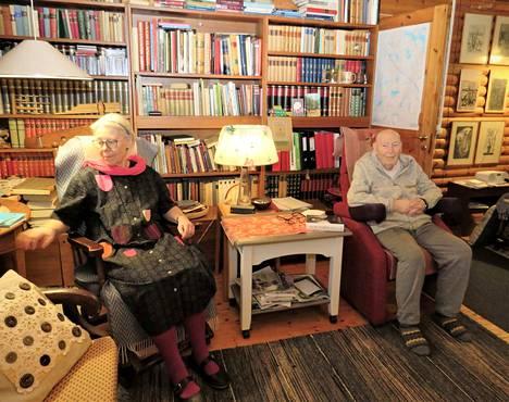 Riitta ja Lauri Kolosalmi elävät hiljaiseloa kotonaan Kolonkulmalla. Homma sujuu niin pitkään, kun vaimo jaksaa huolehtia puolisostaan.