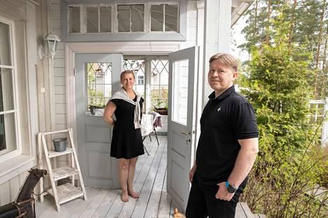 Sari Kröger ja Timo Kröger toteavat, että murheet vähenevät ja hengitys tasaantuu heti, kun Tampereen kerrostalokodista pääsee Villa Huvikumpuun.