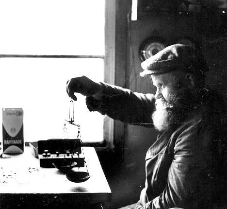 Sotien jälkeen Lappiin kultaa huuhtomaan muuttanut Jaakko Isola (s. 1903) oli yksi legendaarisimmista Lapin kullankaivajista ja erakon arkkityyppi: tuuheapartainen, uuttera ja vanttera ukonkäppyrä, joka eli vaatimattomasti ja ympäröivän luonnon kanssa sopusoinnussa eikä erakkoutensa syistä paljon pukahtanut. Muutaman kilometrin päässä asuvia lähimpiä naapureitaan hän tapasi kerran vuodessa tai kahdessa. Isolassa täyttyivät myös suomalaiseen erakkouteen usein liitetyt miehisen miehen hyveet: rehellisyys, ahkeruus, työnteko, itsekuri ja omillaan pärjääminen.
