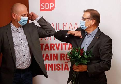 Sdp:n valtuustoryhmän puheenjohtaja Pekka Salmi ja Lauri Lyly hetki sen jälkeen, kun Lyly oli valittu sdp:n pormestariehdokkaaksi.