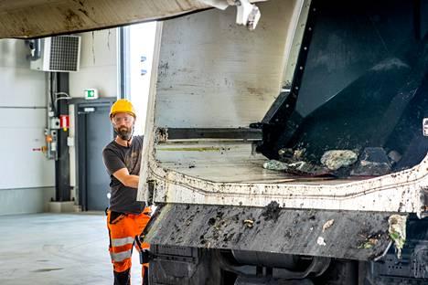 Jäteauton kuljettaja Rami Saari Kipox oy:stä kippaa biojätteet autosta Pirkanmaan jätehuollon Biomyllyn laariin. Sen jälkeen jätemassa jatkaa matkaansa automatisoidun prosessin läpi, kunnes se on valmista luomulannoitteen raaka-ainetta.