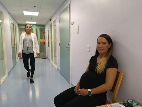 Anniina Mäntylän laskettu aika on lokakuun alussa. Hän kävi tiistain äitiysneuvolassa, jossa työskentelee myös terveydenhoitaja Dilbär Kariniemi.