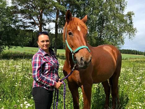 Turenkilainen Lotta Ahtinen on vahvasti mukana tapahtuman hevostoiminnassa. Myös kuvassa Lotan kanssa poseeraava Pirtero osallistuu tapahtumaan.