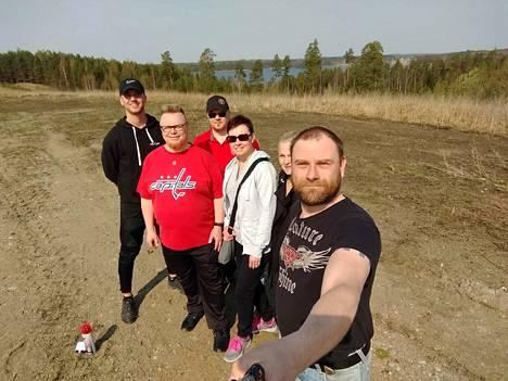 ReTee-frisbeegolfseuran väki kävi yhdessä Seppo Pajun (takana) kanssa tutustumassa uuden radan maastoon.