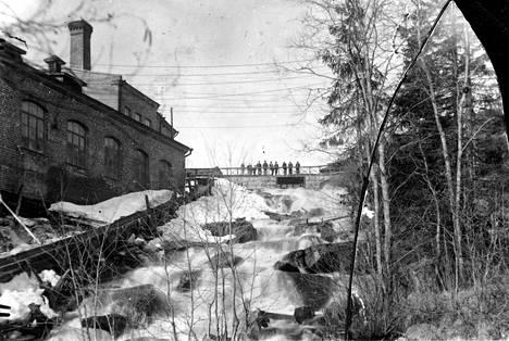 Korkeakosken nahkatehdas perustettiin kuohuvan kosken viereen. Siitä oli suuri hyöty vesivoimaa käyttävälle tehtaalle. Kuva 1900-luvun alusta.