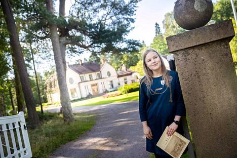 Opas Iida Pakkanen suosittelee yhdeksi retkikohteeksi Villa Ahlströmiä. Pyhäjärvi-instituutin piha-alueella saa vapaasti kävellä ja upeaa rakennusta kannattaa ihastella myös järveltä päin. Tontilta bongaat myös Euran ihka ensimmäisen autotallin.