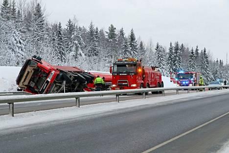 Sorarekan ojaan ajautuminen haittasi liikennettä kaiteiden rajaamalla valtatie 8:n osuudella Raumalla Harakkalan sillan ja Lakarin risteyksen välissä.