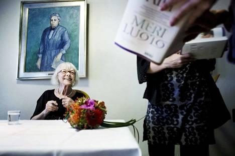 Kirjailija Aila Meriluoto päiväkirjansa julkistamistilaisuudessa taiteilijakoti Lallukassa lokakuussa 2010. Pieksämäellä vuonna 1924 syntynyt Meriluoto kuoli maanantaina 21.10.2019.