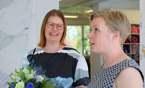 Taideteollinen suunnittelija Merja Palin (vasemmalla) ja Taito Pirkanmaan toiminnanjohtaja Tuula Ruusumaa Taitokeskus Mäntässä kesänäyttelyn avajaisissa.