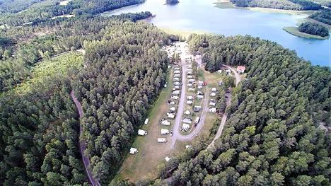 Leirintäalue on meren rannalla Poikossa. Naantalin torille on 18 kilometriä ja Rymättylän kirkolle 9.