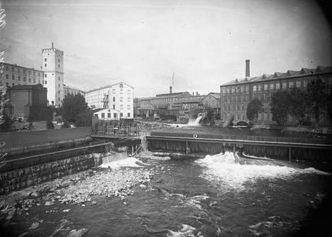 Tammerkoski vuonna 1908. Taustalla vasemmalla Finlaysonin tehdas ja oikealla Tammerfors Linne- & Jern-Manufaktur Aktie-Bolag -niminen tehdas, myöhemmin Tampellaksi nimetty. Takana oikealla on nykyinen Museokeskus Vapriikki, joka toimi tuolloin Tampellan verstaana.