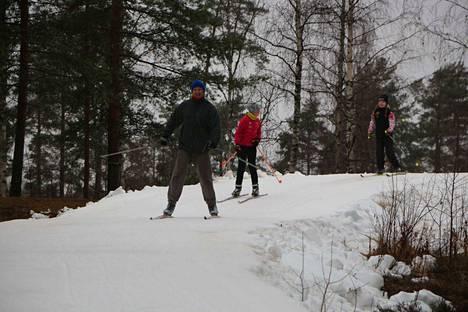 Ville Vallas vaudissa. Takana mäenlaskuun valmistautuivat Aino ja Elsa Hietaoja.