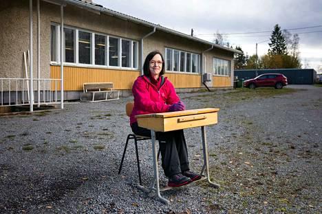 Vuonna 2007 lakkautettu Jokisivun koulu oli Katriina Laurilan pyöräilyurakan kohde numero 31. Siellä Laurila itse kävi koulunsa. Koulun toisessa, vuonna 1960 valmistuneessa rakennuksessa oli luokkia, keittiötilat ja asunto. Nahkatuotteita valmistava perheyritys A. Honko oy osti rakennukset vuonna 2008.