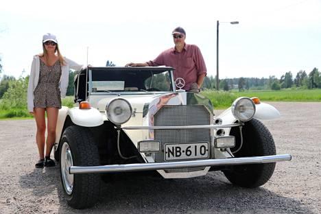 Wiola ja Jari Kauhaniemi toivat harrasteautonsa kuvattavaksi Raision vesilaitoksen saunan parkkipaikalle.