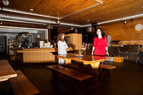 Kahvilassa on haluttu säilyttää vanhaa tunnelmaa, eikä salin seiniä tai kattoa haluttu maalata valkoiseksi. Johanna Mäkisen kanssa kuvassa on hänen tyttärensä Matilda.
