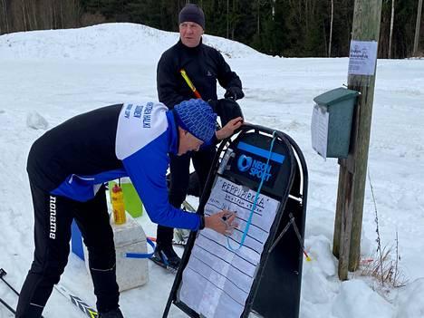 Petri Lehtinen oli kannustamassa reppuhiihtäjiä. Hän hiihti yhtä matkaa Pentti Hiirijoen kanssa, mutta suunnitteli jättävänsä oman urakkansa noin 50 kilometriin.