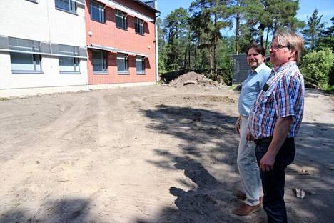 Pekka Alm ja Timo Saario kertovat 2003 valmistuneen Kalevanniemen koulukiinteistön lisäsiiven olevan rakennusteknisesti hyvässä kunnossa.