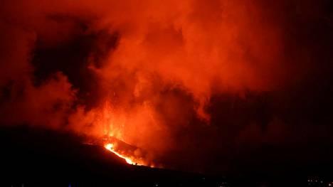 Perjantaina tulivuoren kylkeen puhkesi uusi purkausaukko.