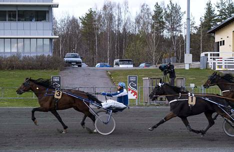 Koronapandemian takia Suomessa pari kuukautta tauolla ollut raviurheilu palasi kaviouralle, kun hevosvoimat päästettiin valloilleen Joensuun Linnunlahden radalla maanantaina 18. toukokuuta 2020. Yleisöä ei päästetty alueelle.