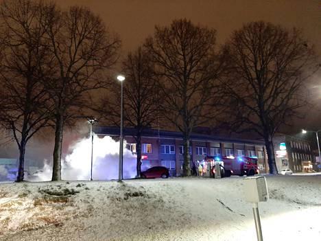 Henkilöauto osui tolppaan ja syttyi tuleen Tampereen Hatanpään valtatiellä lauantaina.