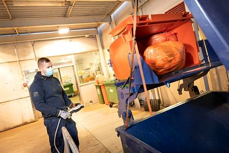 Satasairaalan jätehuoltoa hoidetaan kahdessa vuorossa. Lajittelu on tarkkaa ja maskien oikea osoite on mustissa poltettavissa sekäjätteissä. Kuvassa logistikko Mika Kallio kippaa tällä kertaa energiajakeen jätteitä puristimeen.