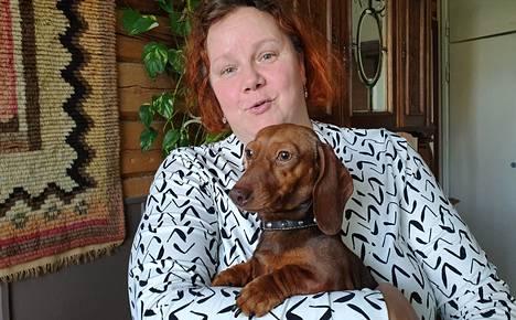 Mäyräkoira Adele on yksi Elisa Murtomäen monista lemmikeistä. Pihapirissä käyskentelee lisäksi myös kissoja ja kalkkunoita, joille kaikille talon emännällä riittää aikaa.