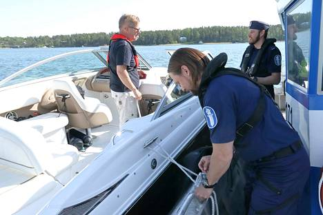 Naantalilainen Rami Lehtonen ajoi veneensä Raision Hahdenniemestä Naantalin Taimoon, jossa hänellä on venepaikka. Tomas Jalonen kiinnittää Lehtosen veneen paremmin poliisiveneen kylkeen, kun Timo Sjöroos jututtaa Lehtosta.