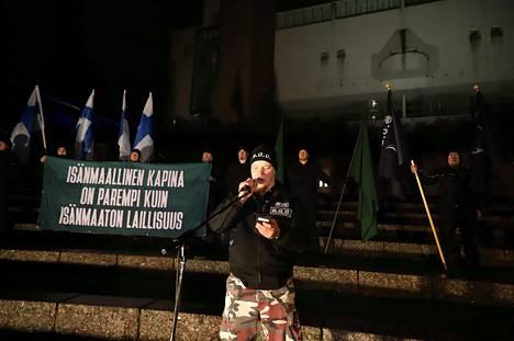 Soldiers of Odin -mielenosoituksessa oli esillä banderolli, joka jäljitteli yhtä Lapuan liikkeen iskulauseista. Lapuan liike oli 1920- ja 30-lukujen vaihteessa vaikuttanut oikeistoradikaali, kommunismia vastustanut järjestö.