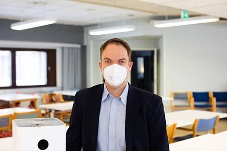 Aalto-yliopiston apulaisprofessori Ville Vuorinen suosittelee käyttämään FFP2-suojainta silloin, kun etäisyyksien pitäminen ei ole mahdollista.