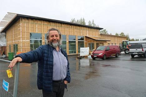 Alun perin 1970-luvulla rakennettua kiinteistöä laajennetaan nyt lähes tuplakokoon. Seppo Korpela on keväällä perustetun Liikekeskus Korpelankulma Oy:n toimitusjohtaja.