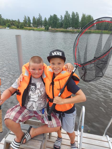 Noel Rakkolaisella ja Matias Riikosella oli hymy herkässä kalareissun jälkeen.
