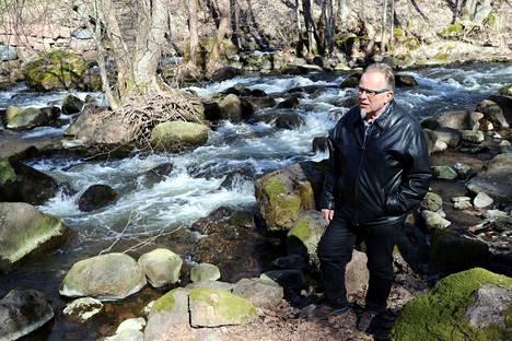 Eurajoen Vesiensuojeluyhdistyksen puheenjohtaja Seppo Varjonen pitää nyt havaittua bakteerisaastumista hämmästyttävän laajana, ja toivoo että syy selviää pian. Arkistokuva.
