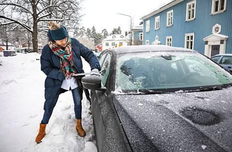 Jääpeite oli maanantaiaamuna harvinaisen tiukassa. Minna Lahdensivu oli raaputtanut autoaan voimalla kymmenen minuuttia. – Pitäisi ajaessa jotain nähdäkin, Lahdensivu sanoi.