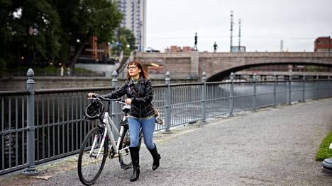 Lastenhoitaja Sanna Viertola muutti Helsingistä Tampereelle, ja nyt palkasta jää enemmän elämiseen. Työmatkat hän kulkee pyörällä.