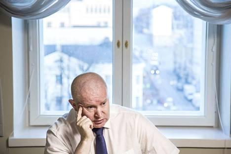Aamulehti kuvasi 23.11.2015 oikeus- ja työministeri Jari Lindströmin, joka jaksoi hoitaa puolitoista vuotta molempien ministerien tehtäviä. Tehtävä osoittautui odotettuakin raskaammaksi, ja Lindström sairastui.